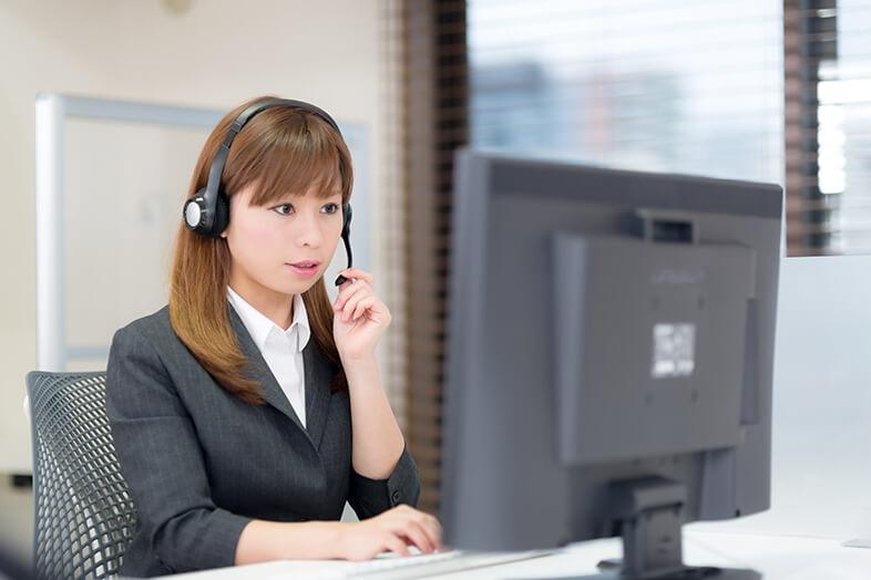 コールセンターで業務する女性